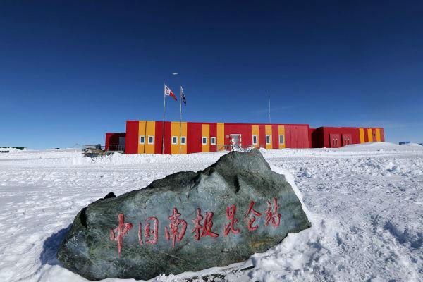 """2019年1月18日,中国极地固定翼飞机""""雪鹰601""""飞越南极昆仑站上空。(新华社)"""