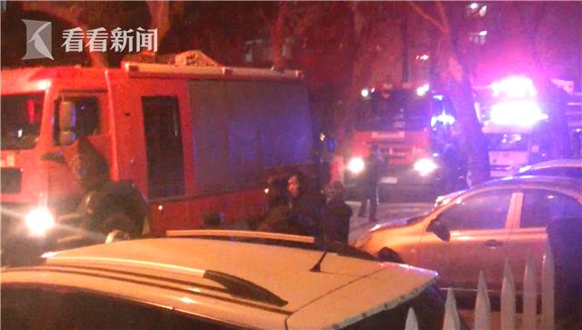 视频|居民楼起火 消防员接力营救93岁老人