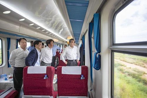 王毅登上蒙内铁路列车:这条铁路成中非友谊新象征图片