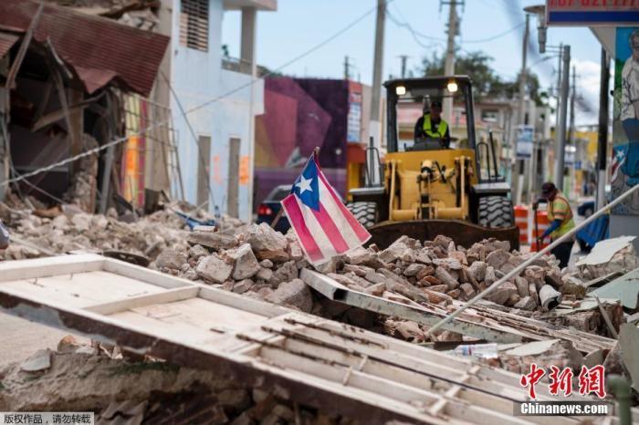 当地时间1月9日,波多黎各遭遇强震后街头一片狼藉。