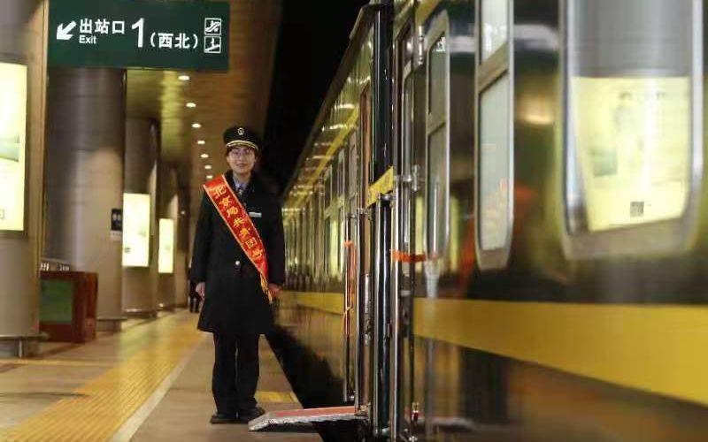 """北京804名旅客乘""""共青团号""""列车回乡过年图片"""