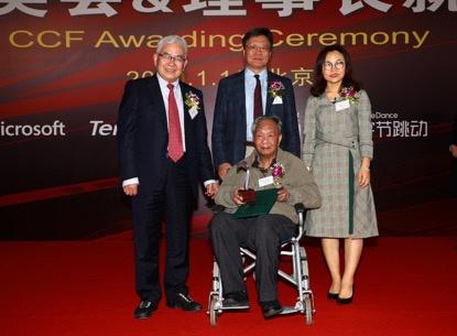 2019年CCF终身成就奖获奖者魏道政研究员(前)与颁奖嘉宾合影