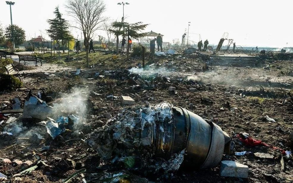 ▲1月8日,就在伊朗导弹袭击伊拉克美军基地后,乌克兰国际航空PS752航班从德黑兰起飞不久即坠毁,机上176人全部遇难。图片来源:新京报网