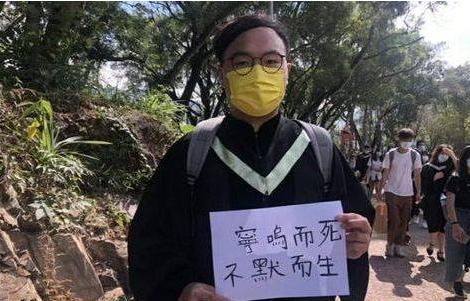 """香港""""揽炒派""""议员举标语闹事 闹出个笑话来图片"""