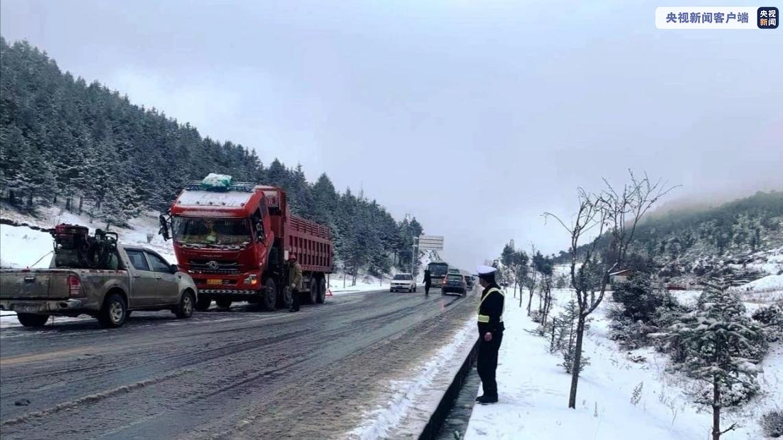 积雪、结冰、落石!云南迪庆部分道路交通中断图片