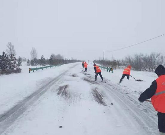 内蒙古:一幅暴雪战路图,绘就硬汉英雄图片