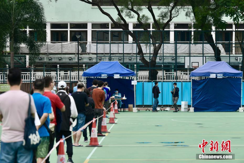 香港特区政府为荃湾等地区居民进行新冠肺炎检测服务
