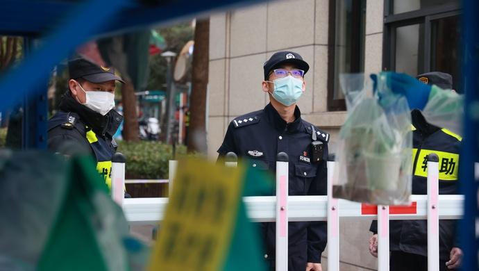 """因疫情在上海明天华城临时""""上岗""""的,不仅有滴滴司机,还有一位民警图片"""