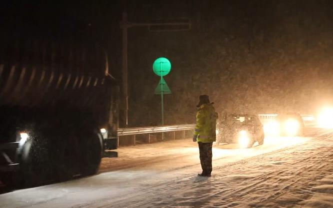 大雪来袭!新疆特克斯达坂公布路途结冰黄色预警