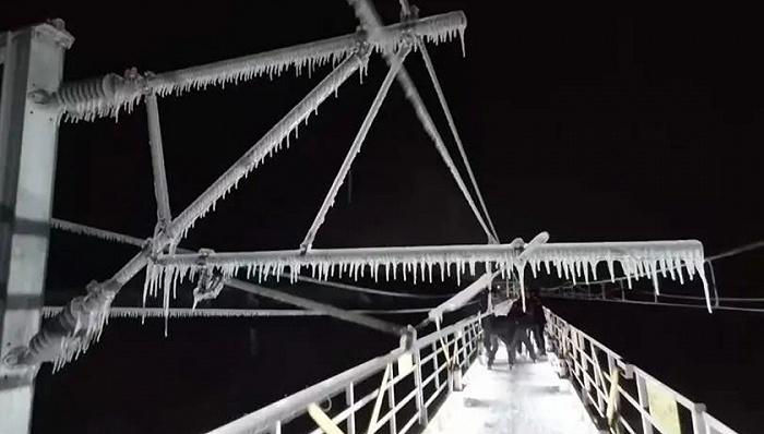 东北暴雪高铁接触网除冰只能靠人工敲打?高科技除冰并不简单