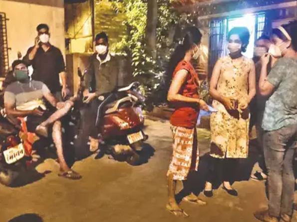 印度12名抗疫医生半夜被赶出住所 只因政府拖欠房租