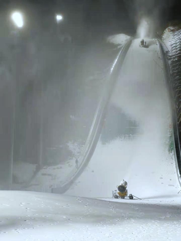 河北涞源国家跳台滑雪科研训练基地开始造雪