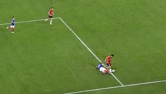 王燊超禁区线上被铲倒,裁判吹罚任意球