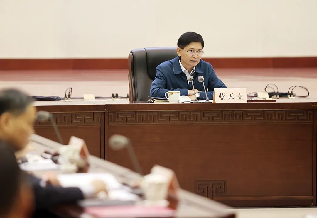 蓝天立主持召开自治区十三届人民政府第70次常务会议
