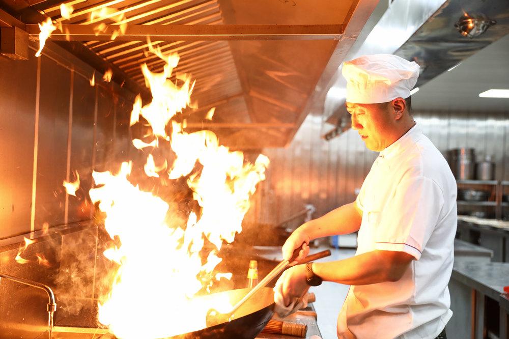 【我身边的战友】伊长青:锅碗瓢盆不是小事 三尺灶台也是战场图片