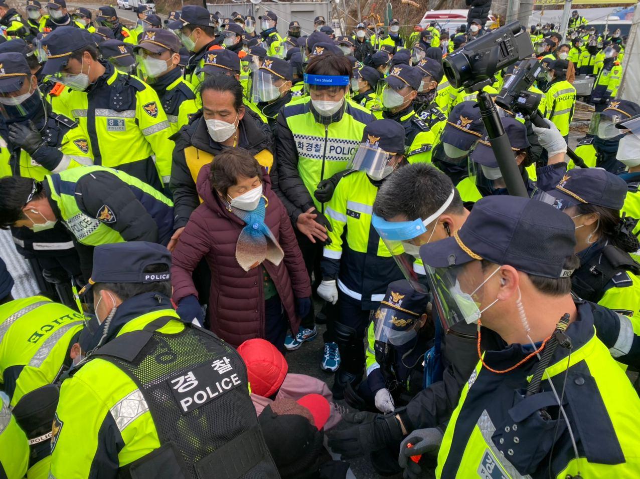 """韩国民众抗议向""""萨德""""基地运送物资"""