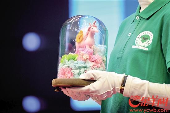 李睿婷向广东公益恤孤助学会捐赠的永生花《吉祥之花》