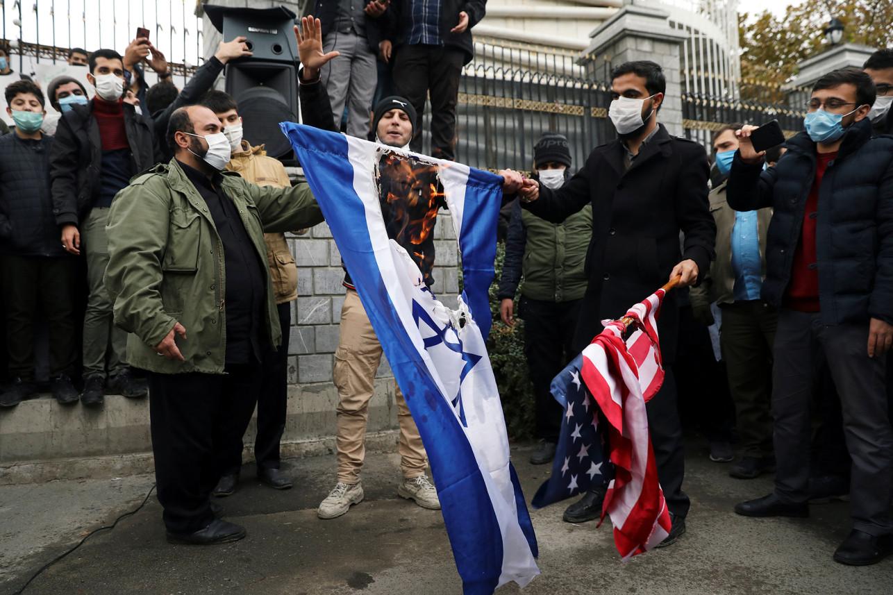 伊朗学生抗议科学家遇害 怒烧美国和以色列国旗(图)