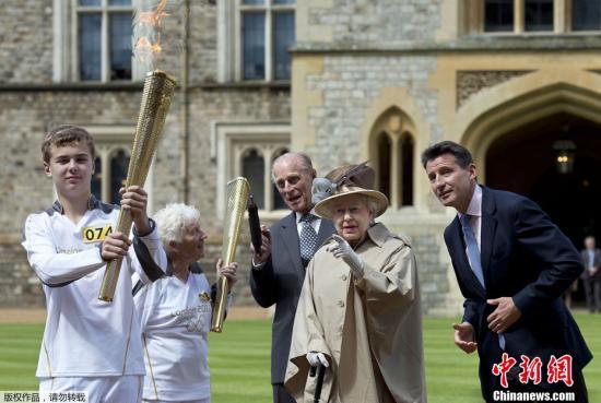 2012年7月10日,伦敦奥运会火炬传递至温莎城堡,英女王伊丽莎白二世现身助阵。