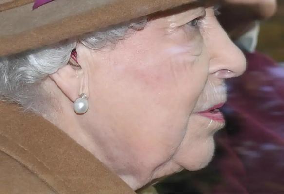 英国女王首次佩戴助听器出现在公众视野。(图:《伦敦标准晚报》)