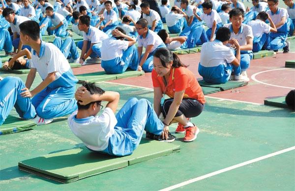深圳市张槎中学的学生在进行中考体育项目训练(资料图片)