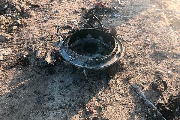 1月8日在伊朗德黑兰郊外坠机现场拍摄的乌克兰国际航空公司客机的残骸。 新华社 图