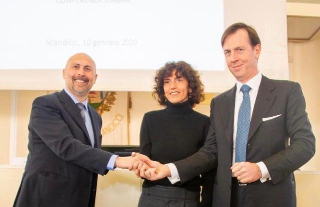 Francesca Bellettini(中)与意大利Scandicci'市长和Gruppo Depositi e Prestiti签署租约