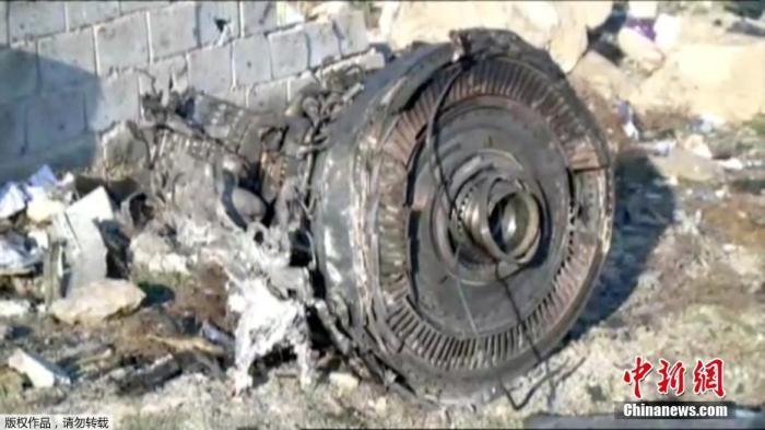当地时间1月8日,一架载有近180人的乌克兰客机,在伊朗目霍梅尼国际机场附近坠毁。图为现场发现的客机残骸。