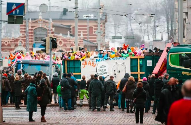 到此一游丨毕业狂欢,赫尔辛基高中生乘坐卡车办派对