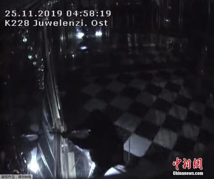 当地时间2019年11月25日,位于德国德累斯顿老城区的绿穹珍宝馆发生盗窃事件。据称,价值近10亿欧元的古董被盗。图为监控画面拍摄到盗窃者打开展示柜瞬间。