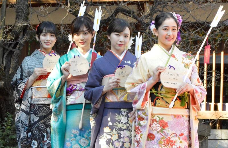 参加成人礼的日本新成人(每日体育)