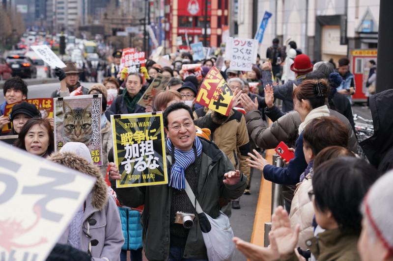 在新宿站附近举行的游行示威(每日新闻)