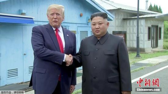 美国总统特朗普与朝鲜最高领导人金正恩在韩朝非军事区见面,并握手问候。