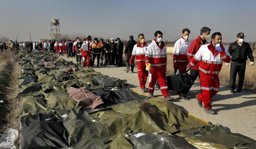 伊朗救援人员整理遇难者遗体 图自:美联社
