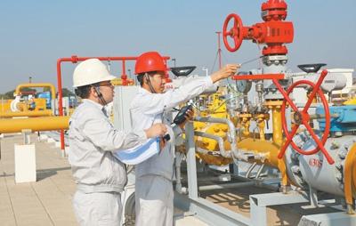 中缅员工在中缅天然气管道曼德勒分输站共同检测设备。   本报记者 孙广勇摄