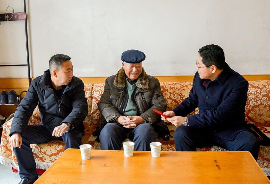 神木:春节前夕杨成林李世书等看望慰问离退休老干部