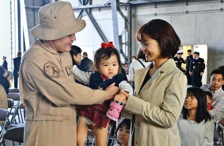 被派往中东的日本自卫队员与家人告别(冲绳时报)