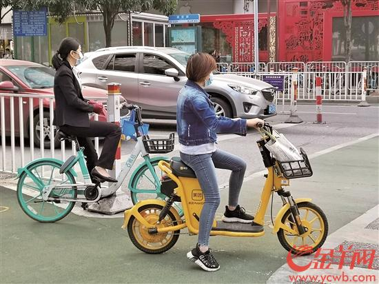 佛山市禅城区骑乘共享电动车的市民 羊城晚报全媒体记者 孙梓青 摄
