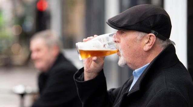为防疫情扩散 英国威尔士酒吧和餐馆将禁止销售酒类