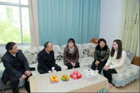 游劝荣院长到武汉市江夏区看望慰问法院因公牺牲干警家属图片