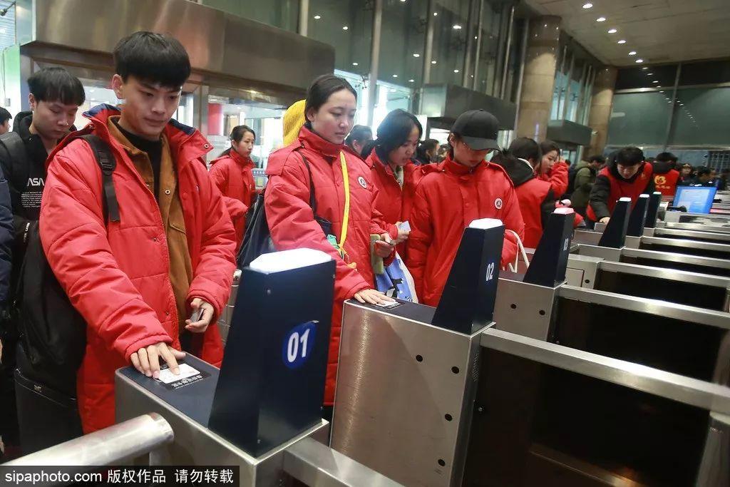 ▲1月10日,旅客刷身份证进站乘车。(希帕图片社)
