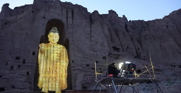 2015年,张昕宇和梁红夫妇及其旅行团队,利用建筑投影技术对大佛进行了光影还原。