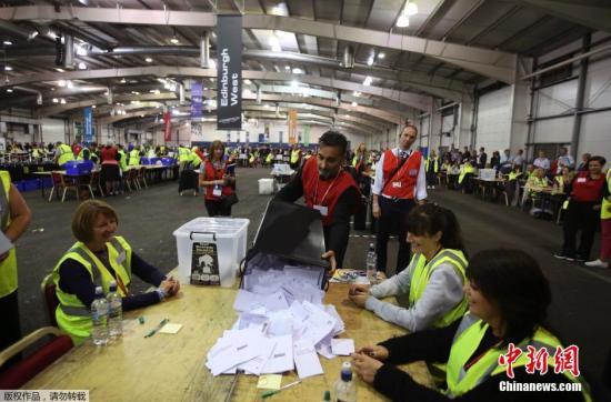 资料图:当地时间2014年9月18日,在苏格兰爱丁堡的投票站,公投委员在投票结束后进行统计工作。