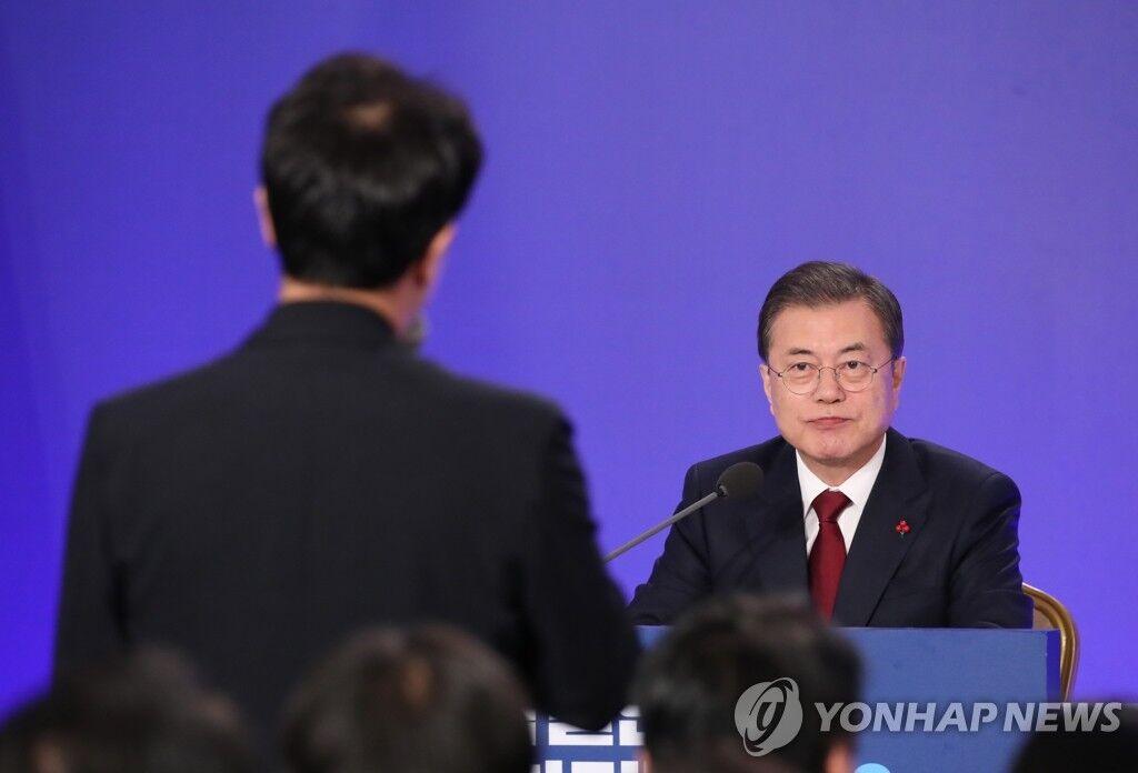 韩国总统文在寅1月14日在青瓦台举行新年记者会。(图源:韩联社)
