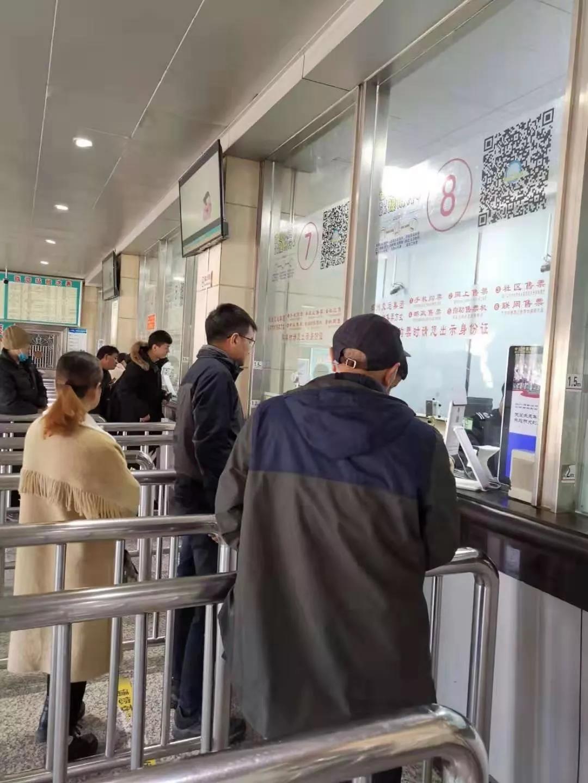 记者窗口买票暗访。新华社记者 林红梅 摄