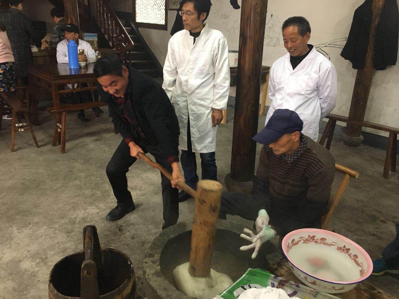 朱德到访过的年糕村 村民过年人手领到一块手打年糕图片