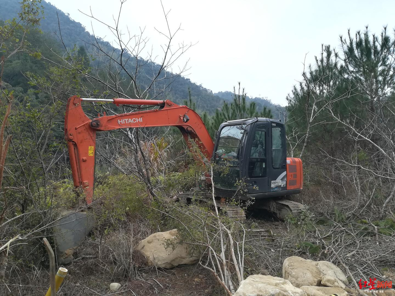 ↑农夫山泉在武夷山的施工机械近两天被闲置路边。