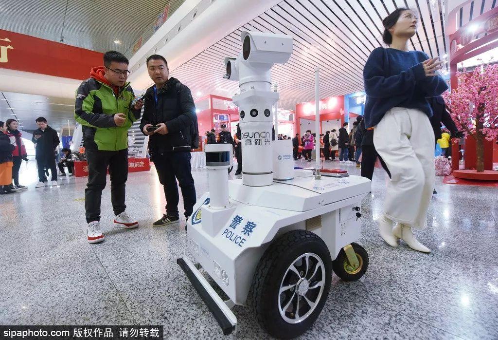 ▲新型5G安防机器人亮相杭州东站(希帕图片社)