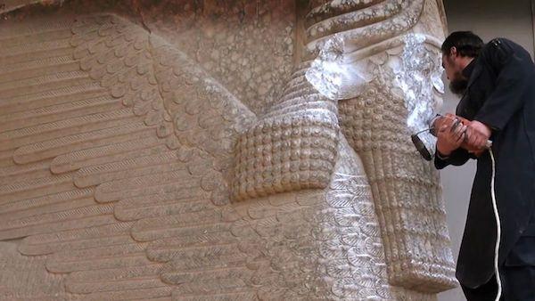 极端组织信徒正用电钻凿毁摩苏尔一处考古遗迹中的人首牛神像。