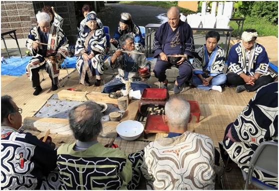 2019年10月5日,正在举行传统仪式的北海道阿伊努人(图源:日本共同社)